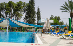 Omer, Negev, ΙΣΡΑΗΛ - 27 Ιουνίου, άνοιγμα του θερινή περίοδο στην πισίνα των παιδιών - 2015 στο Ισραήλ Στοκ εικόνες με δικαίωμα ελεύθερης χρήσης