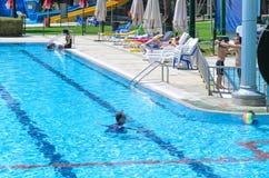 Omer, Negev, ИЗРАИЛЬ - 15-ое августа, родители и дети в открытом бассейне, 15-ое августа 2015 Стоковые Изображения