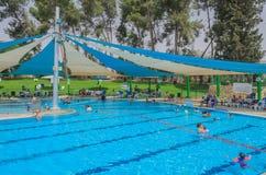 Omer, Negev, ISRAËL - Juni 27, het Openen van de zomer in het zwembad van de kinderen - 2015 in Israël Stock Foto