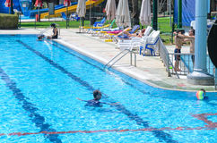 Omer, Negev, ISRAEL - 15. August, Eltern und Kinder im Pool im Freien, am 15. August 2015 Stockbilder