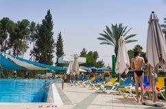 Omer, Negev, ISRAEL - 27 de junho, abertura da temporada de verão na piscina das crianças - 2015 em Israel Imagens de Stock