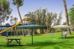 Omer, Negev, ISRAEL - 27 de junio, vacaciones del golf por la piscina con las diapositivas, 2015 en Israel Foto de archivo
