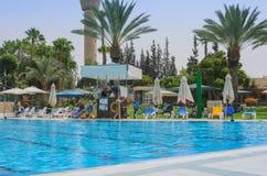 Omer, Negev, ISRAEL - 27. Juni, Pool im Freien Omer, Negev des Sommers, am 27. Juni 2015 in Israel Stockbild
