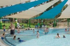 Omer, Negev, ISRAEL - 27. Juni schwimmen Leute im Pool im Freien Omer, Negev, am 27. Juni 2015 in Israel Stockfotografie