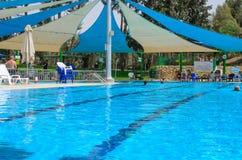Omer, Negev, ISRAEL - 27. Juni - Sommersaison im Swimmingpool - 2015 in Israel Lizenzfreie Stockbilder