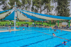 Omer, Negev, ISRAELE - 27 giugno, apertura della stagione estiva nella piscina dei bambini - 2015 in Israele Fotografia Stock
