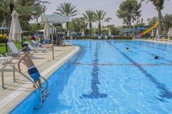 Omer, Negew, Czerwiec 27, 2015 w Izrael Omer IZRAEL, Czerwiec - 27, Children pływacki basen - Fotografia Royalty Free