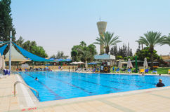 Omer, Negew IZRAEL, Czerwiec, - 27, Otwierać lato sezon w children pływackim basenie, 2015 w Izrael Obrazy Stock