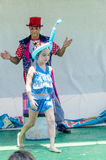 Omer (piwo), IZRAEL - Błaznuje jako turban na lecie i nastoletnia dziewczyna z nadmuchiwaną piłką na jego głowie, Lipiec 25, 2015 Obraz Stock