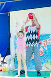 Omer (piwo), IZRAEL - Błaznuje z piłką i dziewczyną w różowym kostiumu kąpielowym, Lipiec 25, 2015 Obrazy Royalty Free