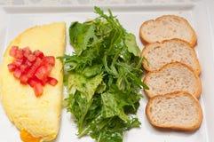 Ometette τυριών με την ντομάτα και τη σαλάτα Στοκ Εικόνα