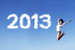 Omfamna det nya året 2013 vid banhoppning Arkivbilder