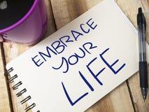 Omfamna ditt liv, Motivational ordcitationsteckenbegrepp royaltyfri foto