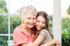 Omfamna för farmor och för sondotter Royaltyfri Bild
