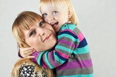 Omfamna för moder och för dotter Royaltyfri Foto