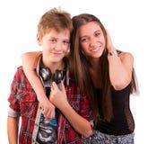 Omfamna för två lyckligt nätt tonåringar Fotografering för Bildbyråer