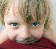 omfamna flickan Arkivfoto