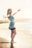 Omfamna havet, dröm- strandkvinna Fred och frihet arkivbilder