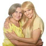 Omfamna mamman och dottern Royaltyfri Foto