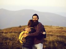 Omfamna par på bergöverkant arkivbilder