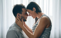 Omfamna par som ser in i ögon Royaltyfria Foton
