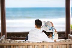 Omfamna par som tycker om sikten av azurerna, slösa havet Royaltyfri Foto