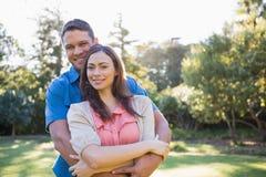 Omfamna par utanför Royaltyfri Fotografi