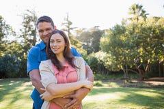 Omfamna par utanför på solig dag Fotografering för Bildbyråer