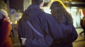 Omfamnat att gå för ung man och för kvinna, kopplar ihop förälskad tyckande om tid tillsammans arkivfilmer
