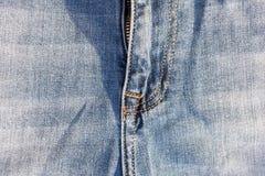 Omfamning av jeans på en metallblixtlås Royaltyfri Foto