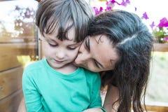 Omfamning för moder` s arkivbilder