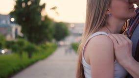 Omfamning för par för omsorgförälskelseuttryck intim stock video