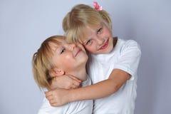 Omfamning för två flickor Royaltyfri Bild