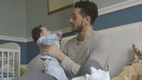 Omfamningar med pappa stock video