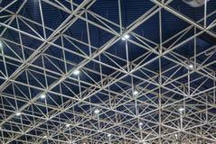 Omfattande material till byggnadsställning för metallbalk som ger plattformar för etappstrukturservice Royaltyfri Bild