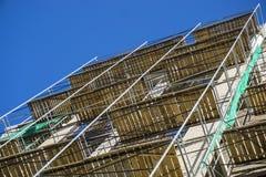 Omfattande material till byggnadsställning för metallbalk som ger plattformar för etappstrukturservice Arkivbilder