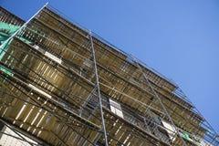 Omfattande material till byggnadsställning för metallbalk som ger plattformar för etappstrukturservice Arkivbild