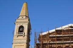 Omfattande material till byggnadsställning som ger plattformar för pågående arbete på en kyrka i omstrukturering Royaltyfria Bilder