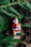 Omfattande serie av ferieskott med en variation av stöttor och bakgrunder Massor av copyspace för annonser Julklappar på trä Royaltyfria Foton