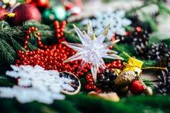 Omfattande serie av ferieskott med en variation av stöttor och bakgrunder Massor av copyspace för annonser Julklappar på trä Royaltyfri Fotografi