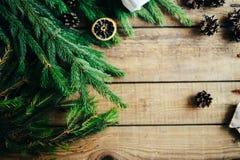 Omfattande serie av ferieskott med en variation av stöttor och bakgrunder Massor av copyspace för annonser Julklappar på trä Fotografering för Bildbyråer