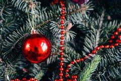 Omfattande serie av ferieskott med en variation av stöttor och bakgrunder Massor av copyspace för annonser Julklappar på trä Arkivbild