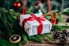 Omfattande serie av ferieskott med en variation av stöttor och bakgrunder Massor av copyspace för annonser Julklappar på trä Royaltyfri Foto