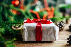 Omfattande serie av ferieskott med en variation av stöttor och bakgrunder Massor av copyspace för annonser Julklappar på trä Arkivbilder