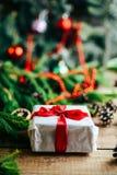 Omfattande serie av ferieskott med en variation av stöttor och bakgrunder Massor av copyspace för annonser Julklappar på trä Arkivfoto