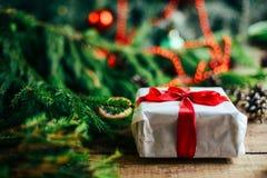 Omfattande serie av ferieskott med en variation av stöttor och bakgrunder Massor av copyspace för annonser Julklappar på trä Royaltyfria Bilder