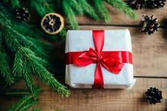 Omfattande serie av ferieskott med en variation av stöttor och bakgrunder Massor av copyspace för annonser Julklappar på trä Arkivfoton