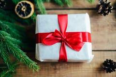 Omfattande serie av ferieskott med en variation av stöttor och bakgrunder Massor av copyspace för annonser Julklappar på trä Royaltyfri Bild