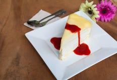 Omfloers cake en aardbeibosbessensaus Stock Fotografie