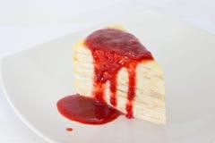 Omfloers Cake met aardbeibron Stock Afbeelding